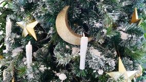 Árbol de navidad adornado con las estrellas, las velas y Crescent Moon Fotografía de archivo