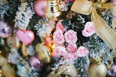 Árbol de navidad adornado con las flores Fotos de archivo