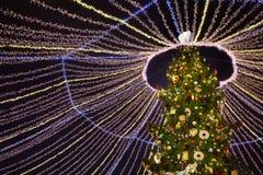Árbol de navidad adornado con las guirnaldas y las chucherías Fotos de archivo libres de regalías