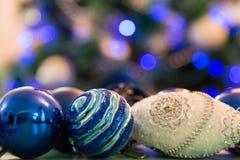 Árbol de navidad adornado con las luces azules Bolas de la Navidad en el primero plano Imagen borrosa de un árbol de navidad en e Imagen de archivo libre de regalías