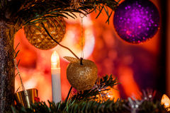 Árbol de Navidad adornado con las manzanas Foto de archivo libre de regalías