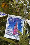 Árbol de navidad adornado con las postales retras Imagen de archivo libre de regalías