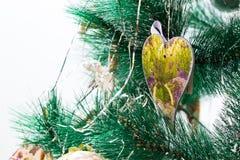 Árbol de navidad adornado con los corazones Imagen de archivo
