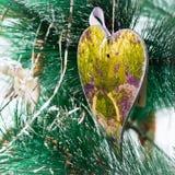 Árbol de navidad adornado con los corazones Fotografía de archivo