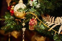 Árbol de navidad adornado con los juguetes Concepto del día de fiesta fotografía de archivo libre de regalías