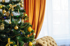 Árbol de navidad adornado con los juguetes en el cuarto Imagen de archivo