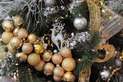 Árbol de navidad adornado con los juguetes, las guirnaldas y las cintas Foto de archivo libre de regalías