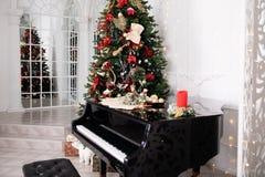 Árbol de navidad adornado con los juguetes, las luces y la partitura imágenes de archivo libres de regalías
