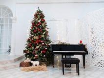 Árbol de navidad adornado con los juguetes, las luces y la partitura fotografía de archivo libre de regalías
