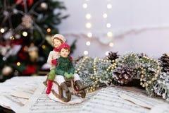 Árbol de navidad adornado con los juguetes, las luces y la partitura foto de archivo