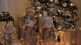 Árbol de navidad adornado con los juguetes y las guirnaldas almacen de video
