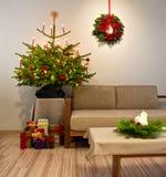 Árbol de navidad adornado con los presentes Imágenes de archivo libres de regalías