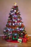 Árbol de navidad adornado con los regalos Fotos de archivo