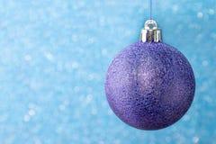 Árbol de navidad adornado con los regalos aislados en el fondo blanco imágenes de archivo libres de regalías