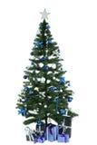 Árbol de navidad adornado con los regalos en blanco Foto de archivo libre de regalías