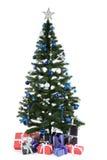 Árbol de navidad adornado con los regalos en el fondo blanco Imagen de archivo
