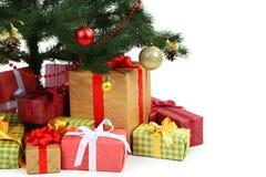 Árbol de navidad adornado con los regalos en el fondo blanco, cierre para arriba Imagen de archivo