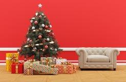 Árbol de navidad adornado con los regalos Sitio rojo con el sofá tapizado Imagen de archivo libre de regalías