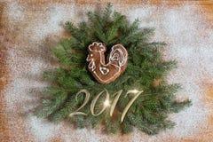 Árbol de navidad adornado con un gallo Foto de archivo