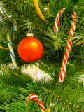 Árbol de navidad adornado de la ramita con las piruletas y el globo rojo Fotografía de archivo libre de regalías