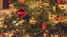 Árbol de navidad adornado e iluminado almacen de video