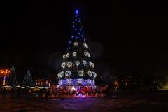 Árbol de navidad adornado e iluminado en el centro de ciudad Imágenes de archivo libres de regalías