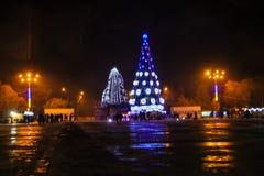 Árbol de navidad adornado e iluminado en el centro de ciudad Fotografía de archivo libre de regalías