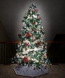 Árbol de navidad adornado en balcón del hogar moderno Fotos de archivo libres de regalías