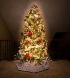 Árbol de navidad adornado en balcón del hogar moderno Foto de archivo