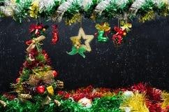 Árbol de navidad adornado en Blackborad y la nieve Fack Imagen de archivo libre de regalías