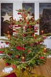 Árbol de navidad adornado en casa Imagen de archivo