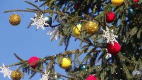 Árbol de navidad adornado en el cielo azul del fondo almacen de metraje de vídeo