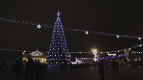 Árbol de navidad adornado en el cuadrado almacen de metraje de vídeo