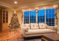 Árbol de navidad adornado en esquina del hogar moderno foto de archivo libre de regalías