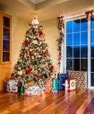 Árbol de navidad adornado en esquina del hogar moderno Fotografía de archivo