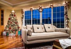 Árbol de navidad adornado en esquina del hogar moderno Fotografía de archivo libre de regalías