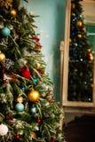Árbol de navidad adornado en fondo borroso, chispeante y de hadas Foto de archivo libre de regalías