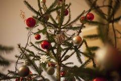 Árbol de navidad adornado en fondo borroso, chispeante y de hadas Imagenes de archivo