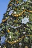 Árbol de navidad adornado en la calle Imagen de archivo