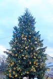 Árbol de navidad adornado en Lviv, Ucrania Foto de archivo