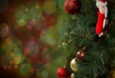 Árbol de navidad adornado en un fondo verde, Fotos de archivo