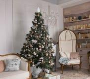 Árbol de navidad adornado en una sala de estar Foto de archivo