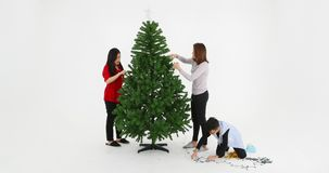 Árbol de navidad adornado familia asiática almacen de video