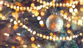 Árbol de navidad adornado Fondo abstracto del día de fiesta Imagen de archivo libre de regalías