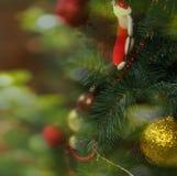 Árbol de navidad adornado, fondo verde Fotografía de archivo