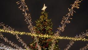 Árbol de navidad adornado hermoso con las guirnaldas que centellean metrajes