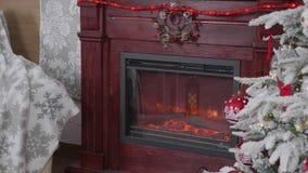 Árbol de navidad adornado hermoso y una chimenea al lado de ella almacen de video