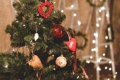 Árbol de navidad adornado por las bolas Juguete del ` s del Año Nuevo Fotos de archivo libres de regalías