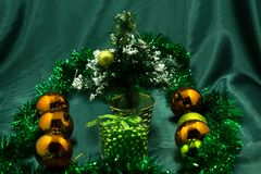 Árbol de navidad adornado por las bolas y hecho a mano Juguete del ` s del Año Nuevo Fotografía de archivo