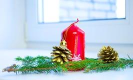 Árbol de navidad adornado por los regalos de los presentes de las luces Imagenes de archivo